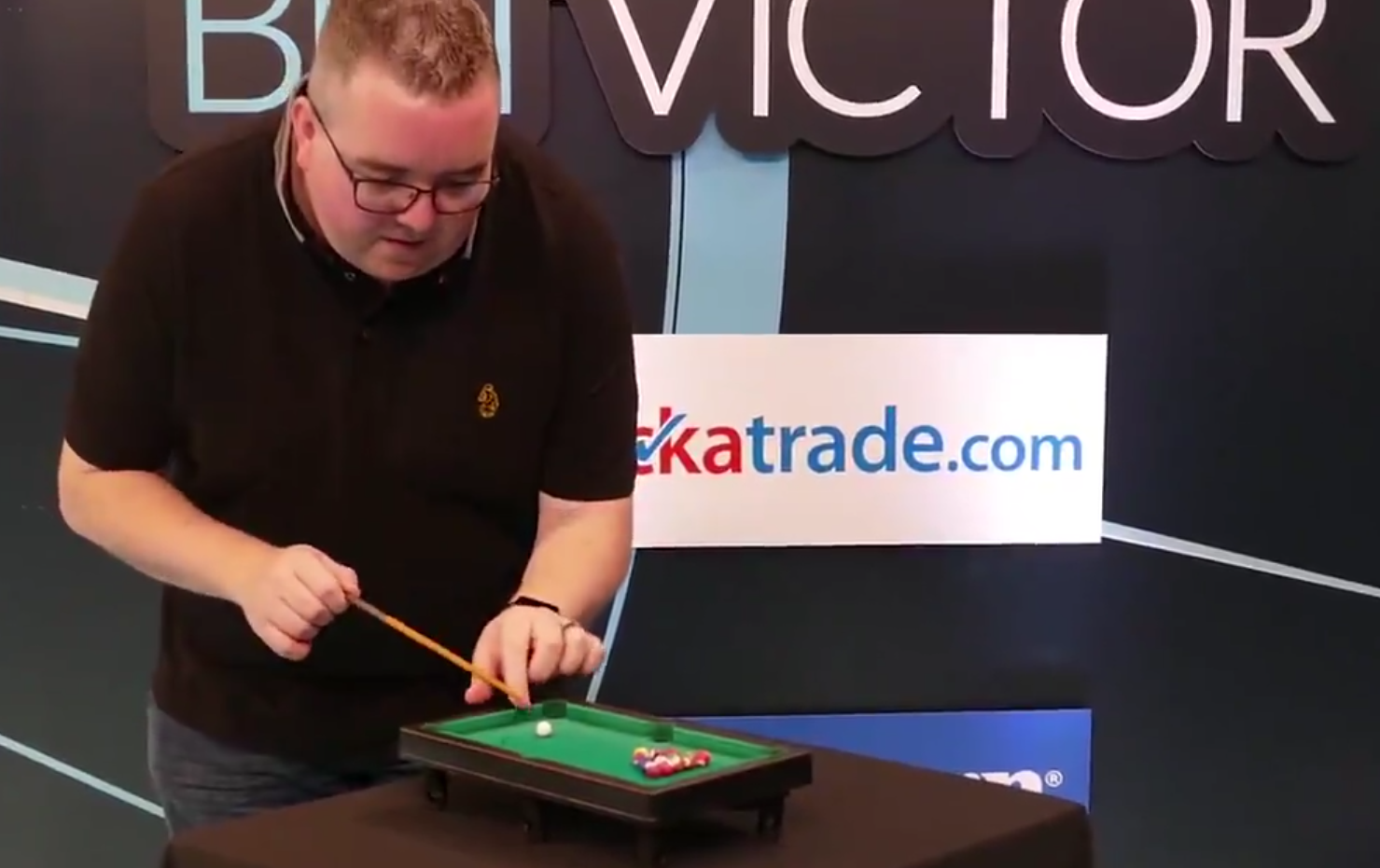 Stephen Bunting Does 60 Seconds Mini Pool Challenge